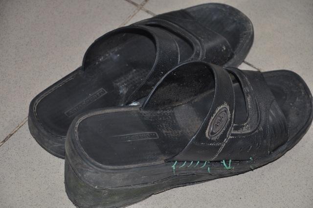 Đôi dép của thầy phải lót thêm đế thì mới có thể bước đi tập tễnh được. Đây cũng chính là đôi dép thầy lên bục giảng hàng ngày.