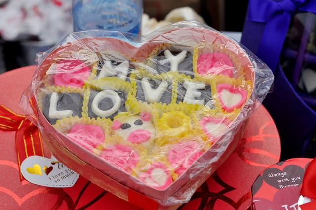 Một hộp sô cô la hình trái tim in chữ nổi có giá bán gần 300.000 nghìn đồng.