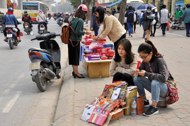 Ngoài hoa hồng, trên vỉa hè nhiều tuyến phố ở Hà Nội, các mặt hàng dành cho ngày Valentine khác như sô cô la, hoa hồng, gấu bông… cũng được bày bán khá nhiều.