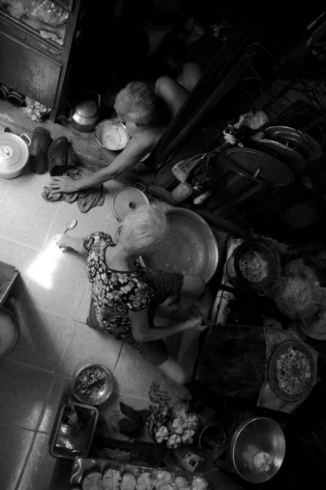 Bình thường, vợ ông phụ đổ bánh bông lan để ông Quang đem đi bán. Nhiều người thương tình, dừng xe mua bánh rồi cho số tiền dư nên cũng có thêm đồng ra vào để chữa bệnh cho vợ, ông Quang tâm sự.
