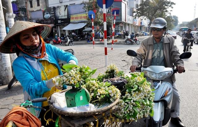 Những chùm hoa bưởi nở đẹp nhất sẽ được lựa bán đổ theo cân sau đó các lái buôn sẽ chia nhỏ thành từng chùm hoặc lạng để bán cho khách.
