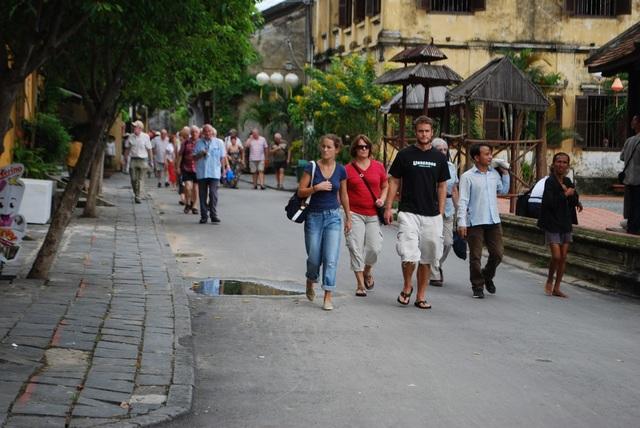 Du khách nước ngoài tham quan phố cổ Hội An