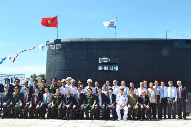 """Lãnh đạo Đảng, Nhà nước chụp ảnh lưu niệm sau Lễ thượng cờ cấp Quốc gia đối với 2 tàu ngầm Kilo mang tên """"HQ 182 Hà Nội"""" và """"HQ 183 TP Hồ Chí Minh"""""""