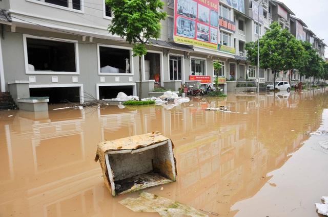 Nước ngập cuốn trôi rác thải vào hầm nhà dân, nhiều hộ gia đình phải liên tục vớt rác để tránh hiện tượng ùn ứ