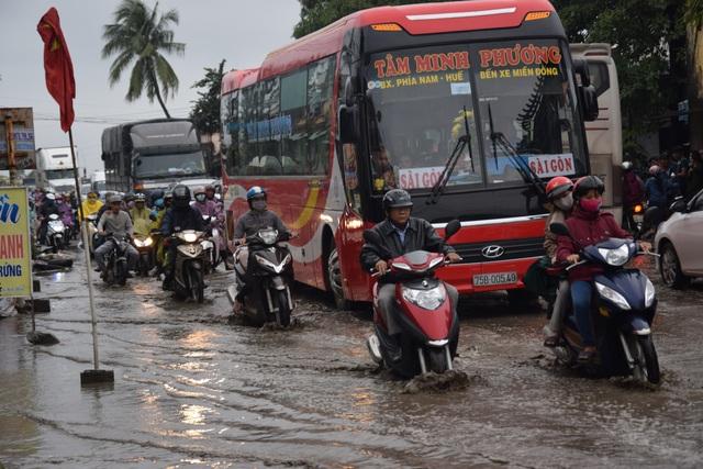  Vũng nước phía Nam cầu An Tân gây khó khăn cho xe cộ lưu thông