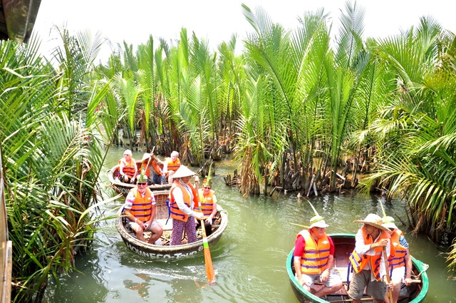 Một hội nghị bàn về vấn đề phát triển du lịch Miền Trung - Tây Nguyên phát triển mang tầm vóc quốc tế sẽ được Bộ VH-TT&DL tổ chức cùng với 19 địa phương trong khu vực. Trong ảnh: Du khách quốc tế tham quan rừng dừa Bảy Mẫu, Hội An