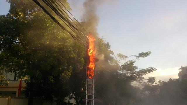 Cột điện trước cổng trường đột nhiên phát nổ rồi bùng cháy dữ dội