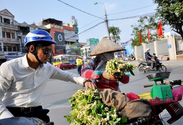 Dù có giá cao song các hàng hoa bưởi vẫn thu hút khá đông người mua. Người ta mua hoa bưởi về để nấu chè, ướp mía, bột sắn... hoặc đơn giản là vì thích hương thơm dịu mát của loài hoa này.