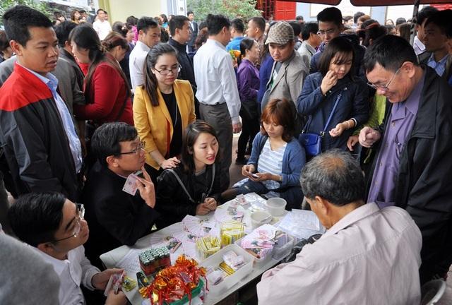 Nhiều người đi lễ tranh thủ tìm vận may tại các bàn chơi sổ xố