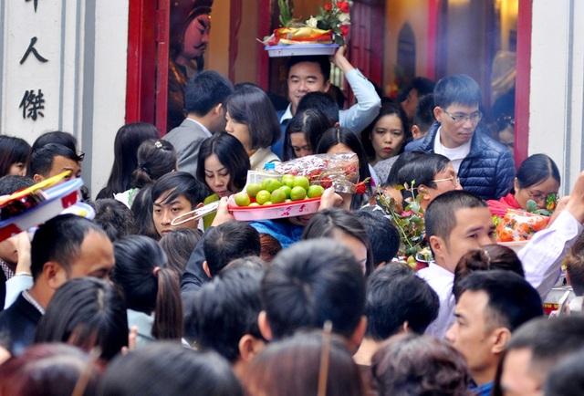 Nhiều người phải đội cả mâm lễ lên đầu để di chuyển.