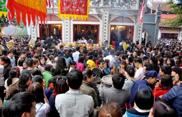 Sân phủ luôn chật kín người. Ai cũng cố gắng chen chân để đặt được mâm lễ của mình gần điện thờ chính.