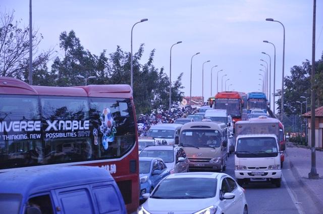 Người dân đổ về quê ăn Tết, cửa ngõ Sài Gòn kẹt cứng - 5