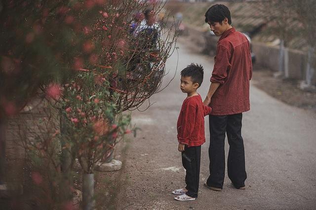 Bộ ảnh được thực hiện theo ý tưởng của nhiếp ảnh trẻ James Quang. Anh Quang cho biết, trong cuộc sống, chứng kiến nhiều cảnh đời bất hạnh đã để lại trong anh nhiều cảm xúc và anh đưa những cảm xúc ấy vào trong tác phẩm này.