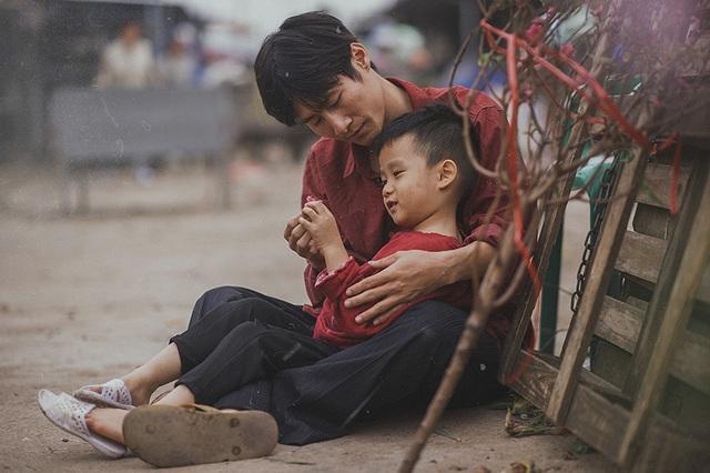 """Bộ ảnh được đăng tải trên mạng xã hội với lời đề tựa """"Với người nghèo, Tết còn ở rất xa"""". Qua đây, ê kíp thực hiện kể câu chuyện về cái Tết của một gia đình gà trống nuôi con, sống lam lũ bên sông Hồng."""