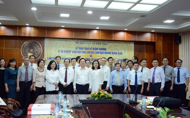 """Nhân dịp này, Bộ Giáo dục và Đào tạo đã trao kỷ niệm chương """"Vì sự nghiệp giáo dục đào tạo"""" cho 13 đại sứ, cựu đại sứ Việt Nam ở nước ngoài đã có những đóng góp quan trọng thúc đẩy hợp tác quốc tế trong lĩnh vực giáo dục đào tạo."""