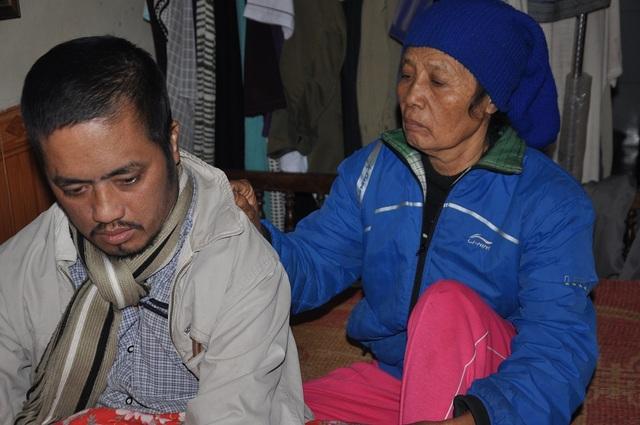 Bác gái là Dương Thị Lựu (70 tuổi) vừa đi mổ tim về nhưng vẫn gắng gượng dậy chăm con.