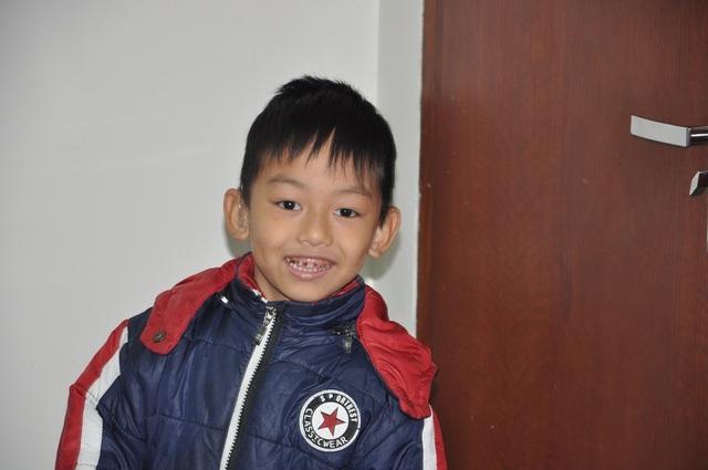 Lên 6 tuổi Gia Bảo bị câm điếc bẩm sinh và máu khó đông nên đi viện liên miên.