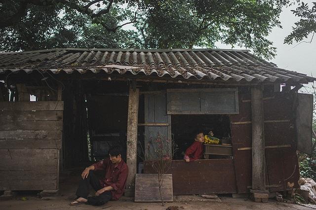 Bức ảnh này được thực hiện tại nhà của một gia đình nghèo sống ven sông Hồng (Hà Nội)
