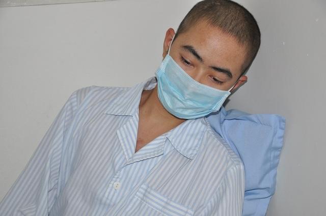 Mới 17 tuổi Thịnh khao khát được sống để tiếp tục đến trường nhưng bố mẹ nghèo không có tiền cho em chữa trị tiếp.