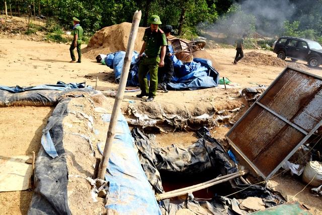 """Lực lượng chức năng phá hủy các hồ lắng lọc của """"vàng tặc"""" ở mỏ vàng Bồng Miêu"""