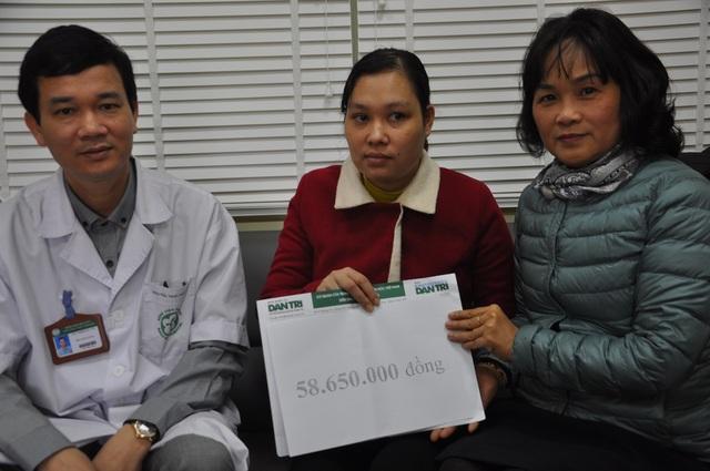 Yến nhận quà bạn đọc Dân trí giúp đỡ tại phòng CTXH bệnh viện Bạch Mai.
