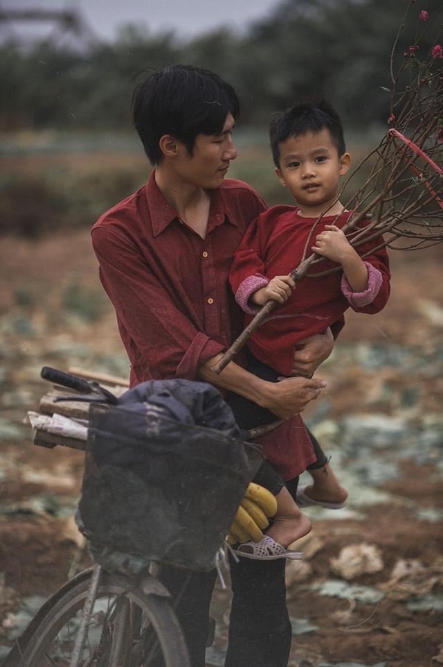 Bộ ảnh giàu tính nhân văn về tình cha con trong cái Tết nghèo - 10