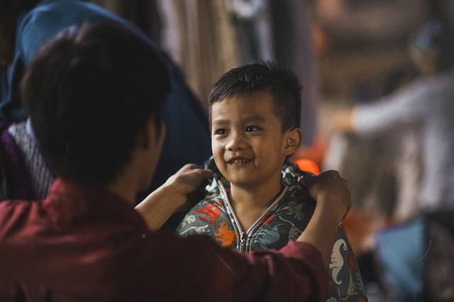Nụ cười trẻ thơ cho Tết thêm ấm áp.