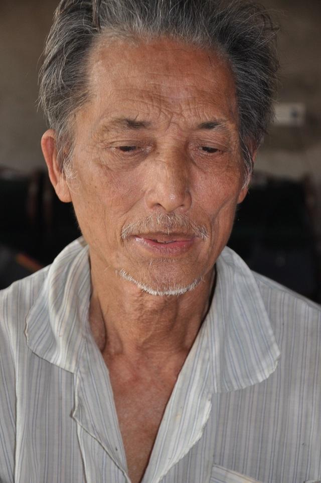 77 tuổi nhưng bác Tăng luôn canh cánh nỗi lo cho tính mạng của vợ và con trai.