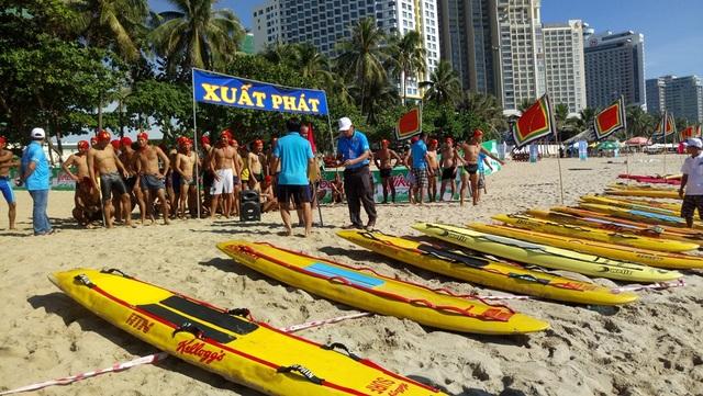 Các đội chuẩn bị tham gia bơi ván tiếp sức trên bãi biển Nha Trang