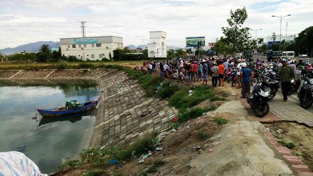Hàng trăm người dân vây quanh hiện trường sau vụ việc