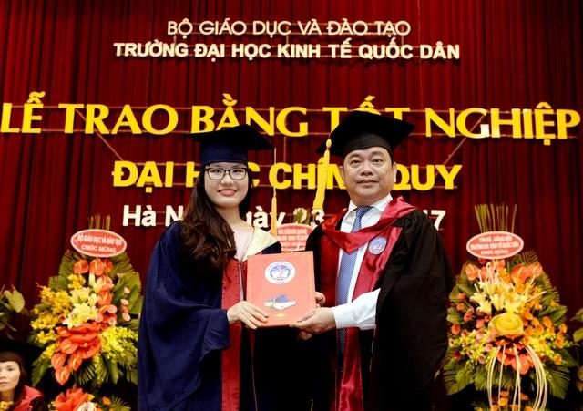 GS.TS Trần Thọ Đạt trao bằng tốt nghiệp tới tân Cử nhân ngày 23/7/2017