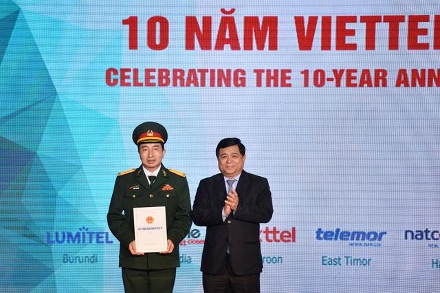 Tổng giám đốc Mytel - Nguyễn Thanh Nam (trái) trong buổi nhận giấy phép đầu tư sang Myanmar dịp kỷ niệm 10 năm đầu tư nước ngoài của Tập đoàn Viettel