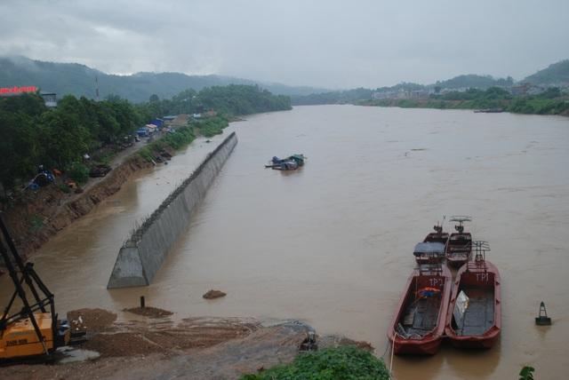 Lũ lớn đổ về trên sông Hồng gây nhiều thiệt hại về tài sản.