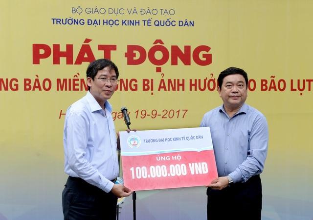 Hiệu trưởng trường ĐH Kinh tế quốc dân Trần Thọ Đạt (phải) trao số tiền ủng hộ trích từ quỹ nhà trường tới đồng bào lũ lụt miền Trung qua Công Đoàn ngành Giáo dục