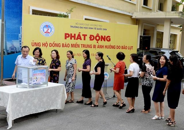 Trường ĐH Kinh tế quốc dân quyên góp ủng hộ đồng bào lũ lụt miền Trung - 1