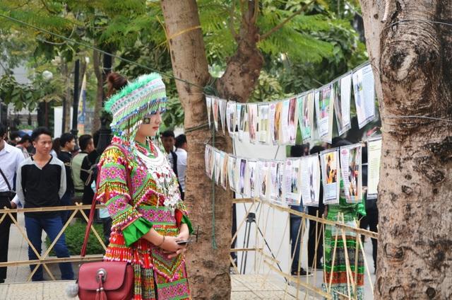 Ngoài các hoạt động văn hóa tái hiện ngày Tết, ngày hội còn trưng bày triển lãm ảnh về cuộc sống bình dị của người Mông.