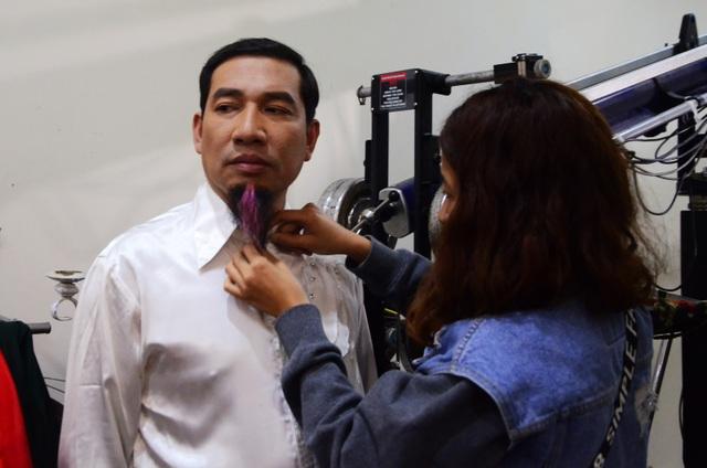 Nghệ sĩ Quang Thắng tối qua gây ấn tượng với bộ râu nhiều màu. Cách tạo hình của anh không khác là mấy so với những năm trước.