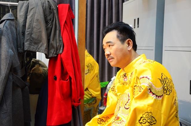 Ngọc Hoàng Quốc Khánh thẫn thờ ngồi nhìn tư lự ở một góc trong phòng hoá trang.