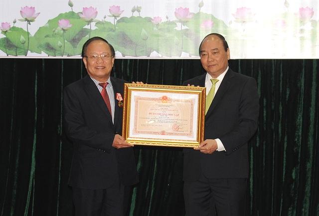 Cuối buổi làm việc tại Bộ VHTT&DL, Thủ tướng Nguyễn Xuân Phúc đã trao Huân chương Độc lập hạng Nhì cho Nguyên Bộ trưởng Bộ VHTTDL Hoàng Tuấn Anh.