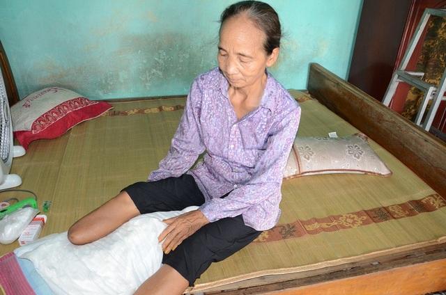 Hiện tai bà Thuận không biết bấu víu vào đâu để lo cho con được đi viện chữa trị