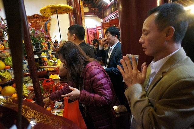 Mướt mồ hôi chen chân lễ đền Ngọc Sơn đầu năm mới - Ảnh 5.
