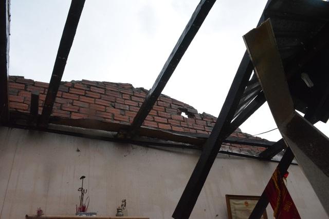 Căn nhà bị tốc hết mái
