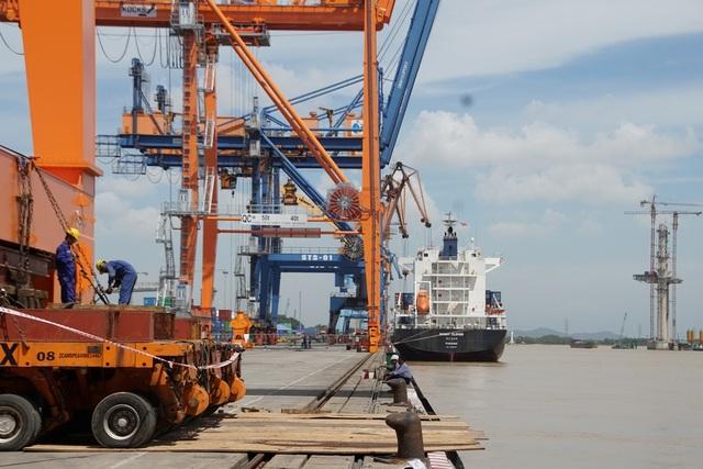 Cần cẩu đã được di chuyển ra khu vực cầu cảng.