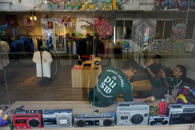 Một cửa hàng kinh doanh quần áo còn sót lại ở nhà ga 3A.