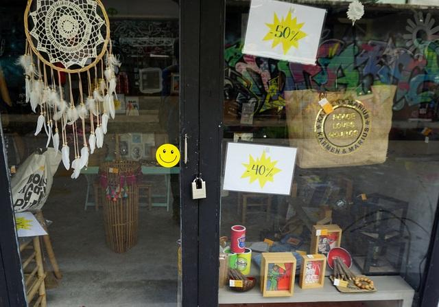 Một cửa hàng giảm giá để bán hết hàng trước khi trả lại mặt bằng.