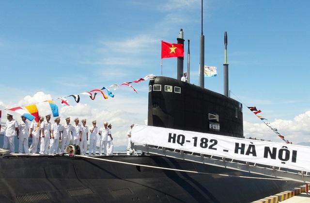 """Ngày 31/12/2013, tàu ngầm Kilo đầu tiên mang tên """"HQ182 Hà Nội"""" đã được phía Nga bàn giao cho Việt Nam về tới cảng Cam Ranh sau một tháng rưỡi hành trình. Đến ngày 15/1/2014, Hải quân Nhân dân Việt Nam đã tổ chức Lễ tiếp nhận tàu ngầm """"HQ-182 Hà Nội"""" sau một thời gian chạy thử"""