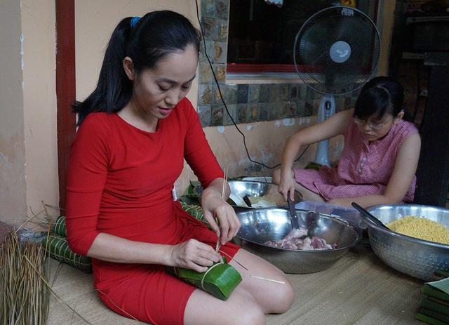 Bé Xí Muội, con gái lớn của nghệ sĩ Hạnh Thúy cùng giúp mẹ những việc lặt vặt khi gói bánh