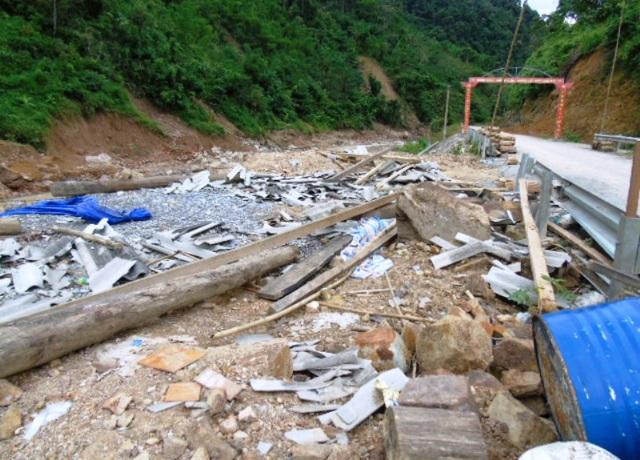 Hơn một tuần sau trận lũ lịch sử quét qua, đây đó nơi xã biên giới Yên Khương vẫn còn ngổn ngang những tàn tích của cơn lũ để lại.