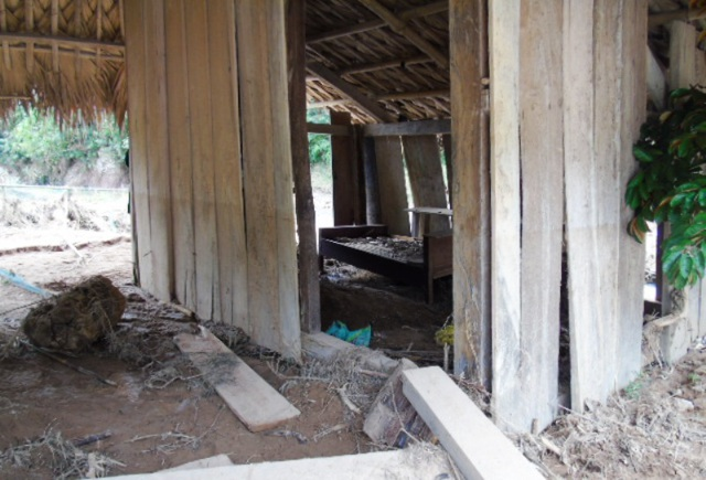 Nhiều gia đình phải bỏ nhà chạy lũ, tài sản bị vùi lấp trong đống bùn đất, cây cối do lũ cuốn về.