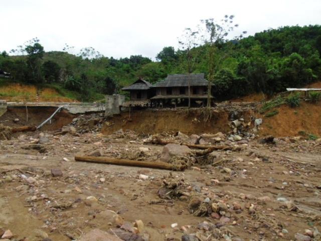 Những ngôi nhà chênh vênh bên suối sau khi cơn lũ đi qua.